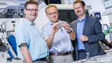 Prof. Dr. Ralf-Dieter Rogler und Prof. Dr. Jörg Feller von der HTW Dresden und Thomas Hucke , CTO Skeleton Technologies, arbeiten ab sofort zusammen, um Ultracaps auf Basis von Graphene weiter zu entwickeln.