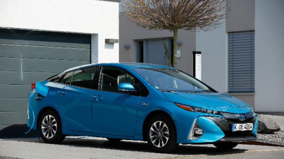 Im reinen Elektromodus kann der Prius-Plug-in bis zu 55 km zurücklegen – bei einer Geschwindigkeit von bis zu 135 km/h. Zugleich sichert der Benzinmotor volle Alltags- und Langstreckentauglichkeit.