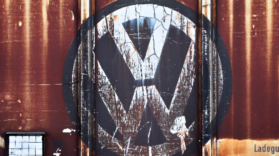 Ein verblichenes VW-Logo an einem Güterwagon vor dem Werk Mose.