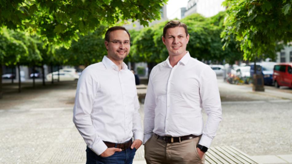 Die Tesvolt Gründer Daniel Hannemann (li.) und Simon Schandert.