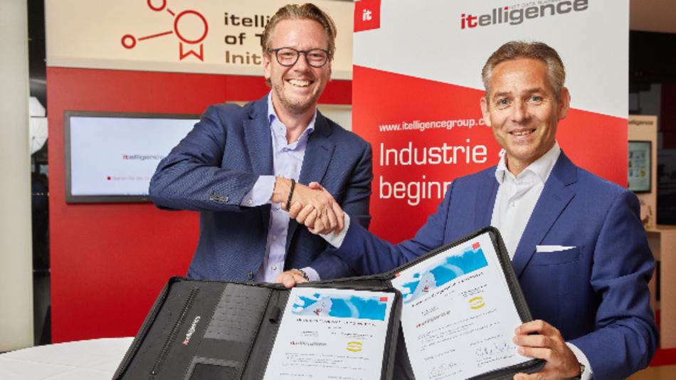 Philip Harting, Vorstandsvorsitzender der Harting-Technologiegruppe, und Norbert Rotter (rechts), Vorstandsvorsitzender der Itelligence AG, besiegeln die Partnerschaft.