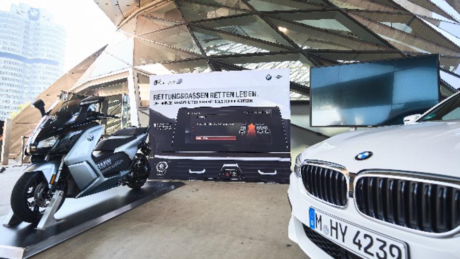 BMW präsentierte die Funktion zum Hinweis der Rettungsgasse an der BMW Welt.