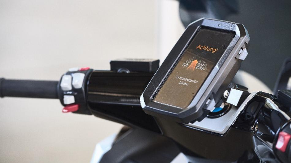 Der Hinweis zur Bildung einer Rettungsgasse soll künftig auch bei BMW Motorrad zum Einsatz kommen.