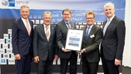 Adalbert M. Neumann (Geschäftsführung Busch-Jaeger, 2. von rechts) nahm die Weltmarktführer-Auszeichnung entgegen. Überreicht wurde diese von Dr. Ralf Gerutschkat (SIHK-Hauptgeschäftsführer), Dieter Dzewas (Bürgermeister Lüdenscheid), Ralf Stoffels (