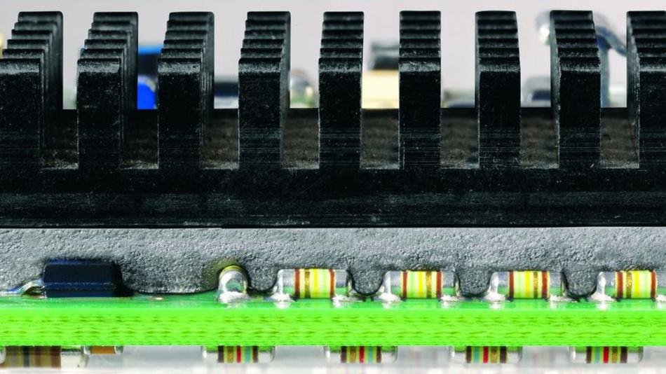 Bild 4. Gel-Wärmeleitfolien benötigen einen gewissen Anpressdruck, damit der Wärmeübergangswiderstand merklich verringert wird.