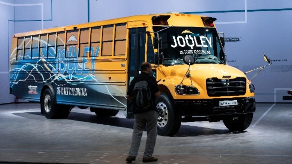 Ein Schulbus der Firma Daimler Trucks North America ist mit einem Elektroanrieb während der IAA in Hannover zu sehen.