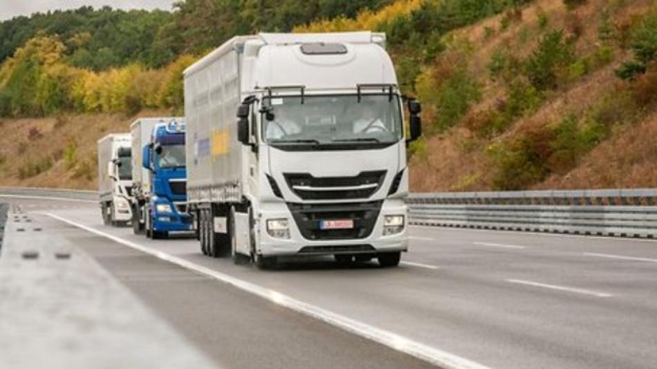 Continental und Knorr-Bremse verfolgen gemeinsam den Entwicklungsweg hin zu hochautomatisiert fahrenden Nutzfahrzeugen. Im Fokus der Partnerschaft steht zunächst das Platooning.