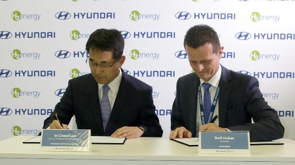 In Cheol Lee, Hyundai Motors Executive Vice President sowie Leiter der Nutzfahrzeugabteilung, und Rolf Huber, Vorsitzender von H2 Energy haben auf der IAA Nutzfahrzeuge eine Absichtserklärung zur Lieferung von 1000 Brennstoffzellen-Lkw unterschrieben.