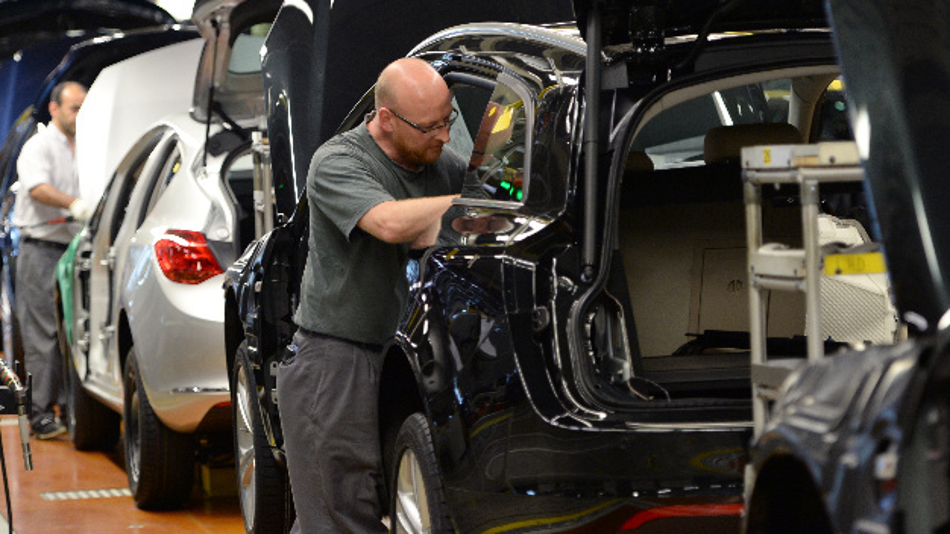 Opel-Mitarbeiter montieren im Opel-Stammwerk Teile der Innenverkleidung in Astra- und Insignia-Modelle.