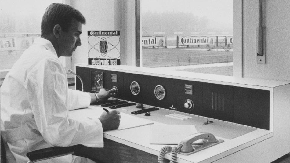 Hans-Jürgen Meyer am Leitstand des elektronisch gesteuerten Fahrzeugs. Von hier aus wurden Soll-Geschwindigkeit, Bremsbefehle und weitere Signale zum Fahrzeug übertragen. Die Testingenieure konnten hier Ist-Geschwindigkeit und Drehzahl des Motors überwachen.  Aufnahme von 1968