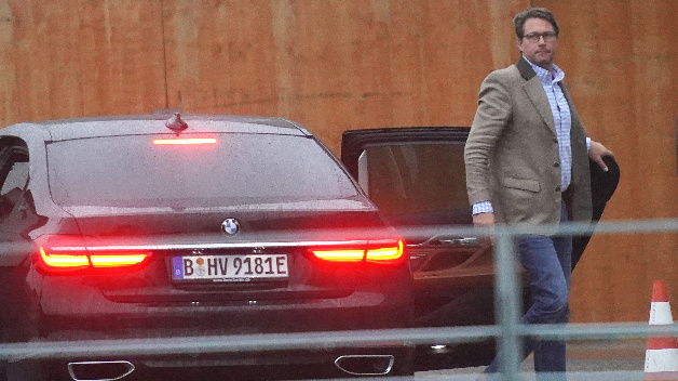 Bundesverkehrsminister Andreas Scheuer (CSU) kommt zum Autogipfel ins Kanzleramt. Bundeskanzlerin Merkel will mit den Chefs deutscher Autokonzerne Maßnahmen zur Vermeidung von Diesel-Fahrverboten ausloten.