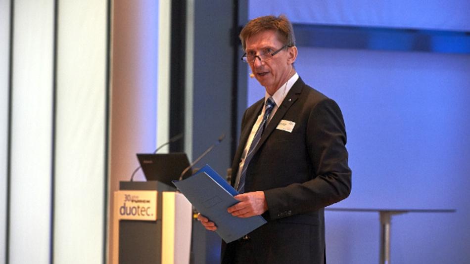Geschäftsführer Arthur Rönisch begrüßt die Gäste