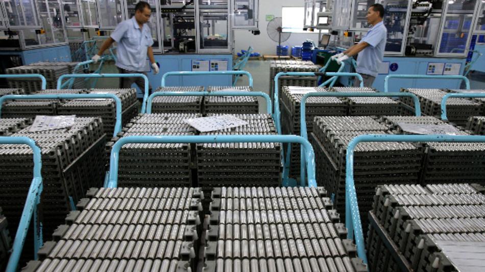 Arbeiter schieben Wagen mit Lithium-Ionen-Batterien in einer Fabrik in der ostchinesischen Provinz Jiangsu.