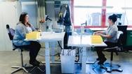 3_Apas-Roboter bei der Unterstützung zweier Mitarbeiterinnen bei der Isak GmbH