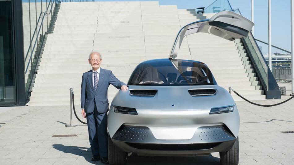 Dr. Akira Yoshino gilt als Erfinder der Lithium-Ionen-Batterie. Der ausgebildete Chemiker ist seit 1972 Mitarbeiter des japanischen Technologiekonzerns Asahi Kasai und dort Advisor. Hier präsentiert er das Konzeptfahrzeug AKXY von Asahi Kasei, mit dem das Unternehmen seine umfangreiche Technologiekompetenz demonstriert.