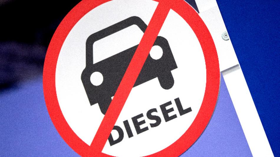 Ein Schild mit dem durchgestrichenen Piktogramm eines Autos und der Aufschrift »Diesel«.
