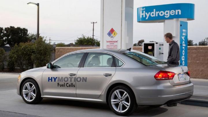 VW HYMOTION an Wasserstofftankstelle.
