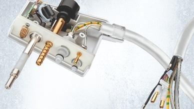 Steckverbinder von phg: Zur sicheren Arretierung des Kabels mit Steckerbinder im Gerät wurde zudem eine Gewindespindel mit Drehgriff zur Fixierung in die Steckverbindung integriert.