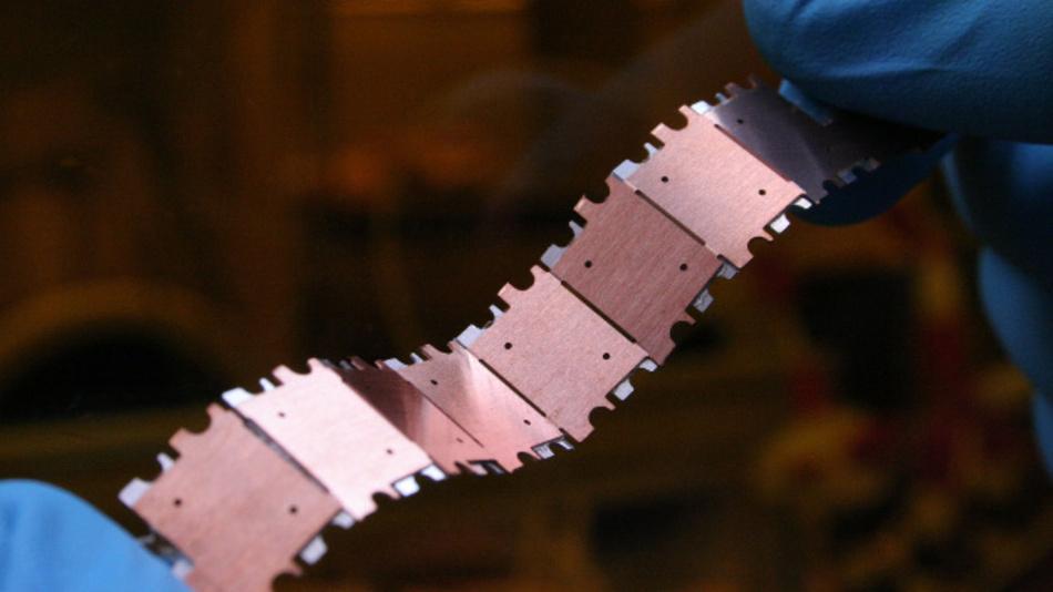 Mechanisch flexible Batteriestreifen aus segmentierten Mikrobatterien.