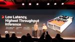 Xilinx CEO Victor Peng und sein XDF-Gast AMD-CTO Mark Papermaster präsentieren das Inferenz-Weltrekord-System, bestückt mit 8 Alveo-Karten.