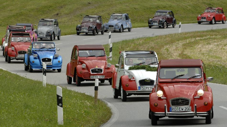 Dicht an dicht fahren diverse Citroen 2CV auf einer Straße in der Nähe der oberbayerischen Ortschaft Windshausen (Landkreis Rosenheim).