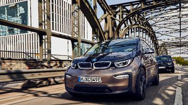 Zwei BMW i3 auf der Hackerbücke in München