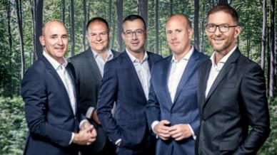 v.l.n.r.: Platzieren mit ihren Teams ab Oktober Produkte »Aus Nachbars Garten«: Benedikt Brumberg, Frank Lamontagne (beide Brumberg), Michael Blum (Trilux), Johannes Brumberg (Brumberg) und Joachim Geiger (Trilux).