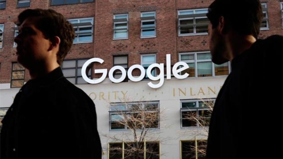 Zwei Männer gehen an den Büros von Google vorbei. Eine Software-Panne beim Online-Netzwerk Google Plus hat App-Entwicklern unberechtigten Zugang zu einigen privaten Nutzerdaten gewährt.
