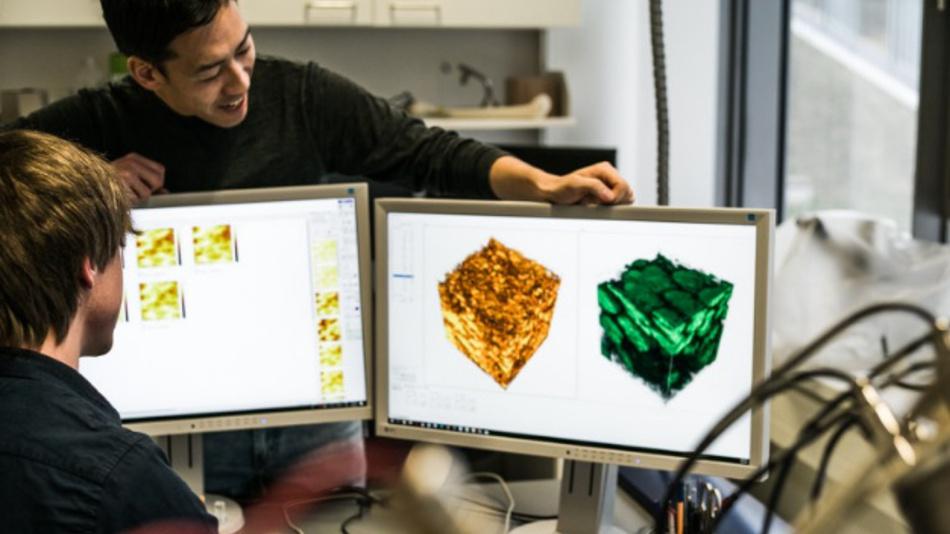 Felix Walther (l.) und Dr. Saneyuki Ohno bei der 3D-Analyse einer Festkörperbatterie am Physikalisch-Chemischen Institut der Justus-Liebig-Universität Gießen.