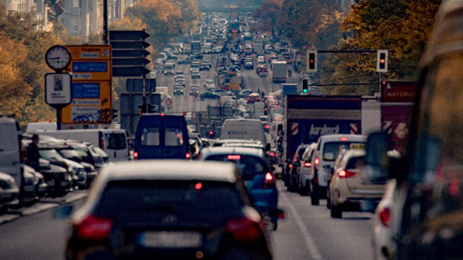 Fahrzeuge rollen über den Kaiserdamm in Berlin.