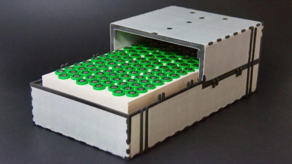 Prototyp des Lithium-Ionen-Batteriemoduls mit thermischer Speicherfähigkeit für Vorkonditionierungsmaßnahmen der Batteriezellen sowie einem großserientauglich hergestellten Faserverbund-Sandwich-Gehäuse mit thermischer Isolationsleistung.