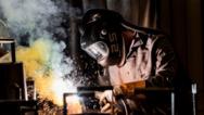 In naher Zukunft denkbar: Berufskleidung – wie hier Schweißerschutz – die bei Verletzung des Gewebes durch eingearbeitete Metallfäden Alarmsignale abgibt.