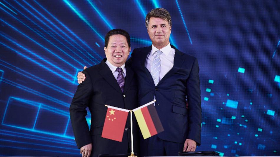 Bei der strategischen Vertragsunterzeichnung in Shenyang/China (von links nach rechts): Parteisekretär Chen Qiufa (CPC Liaoning Committee) und Harald Krüger (Vorstandsvorsitzender BMW).