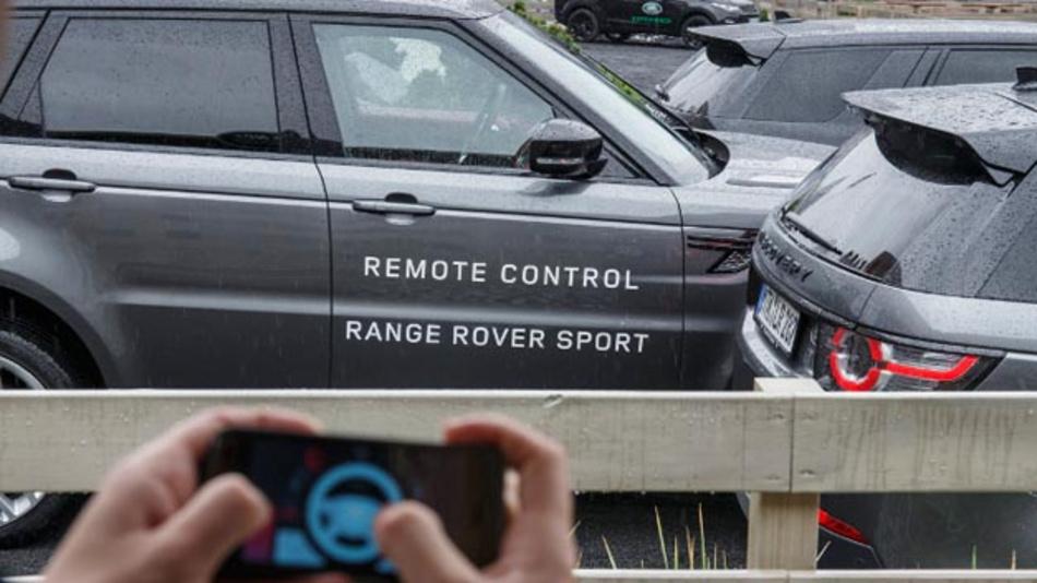 Jaguar Land Rover zeigte die Fernsteuerung eines Range Rover Sport per Smartphone sowie selbsttätig ausgeführte Wendemanöver des Fahrzeugs.