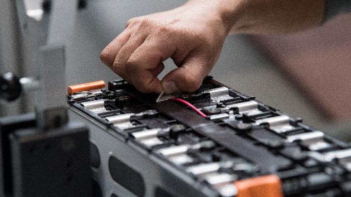 Arbeit an einer Batterie von Akasol