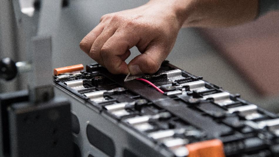 Produktion in der Batteriesystemfabrik von AKASOL in Langen (Hessen).