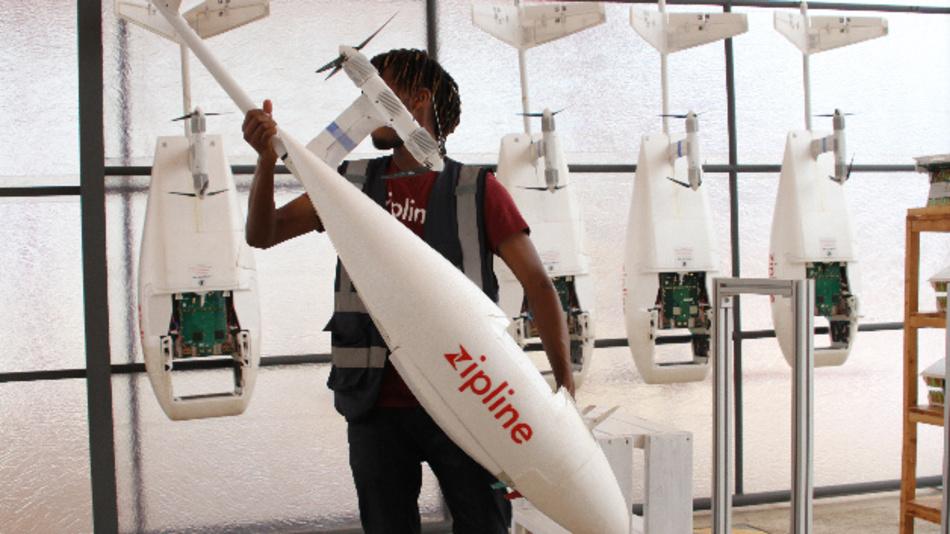 Ein Mitarbeiter der Silicon Valley Firma Zipline bereitet eine Drohne vor, die lebensrettende Blutkonserven zu einer weit entlegenen Klinik im ostafrikanischen Ruanda fliegen wird.