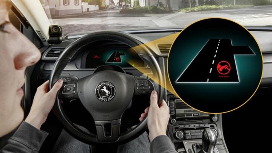 Das Assistenzsystem hilft beim Passieren von Rechts-vor-Links-Kreuzungen. Eine Innenraumkamera erkennt dabei, ob der Fahrer die Verkehrssituation erfasst hat.
