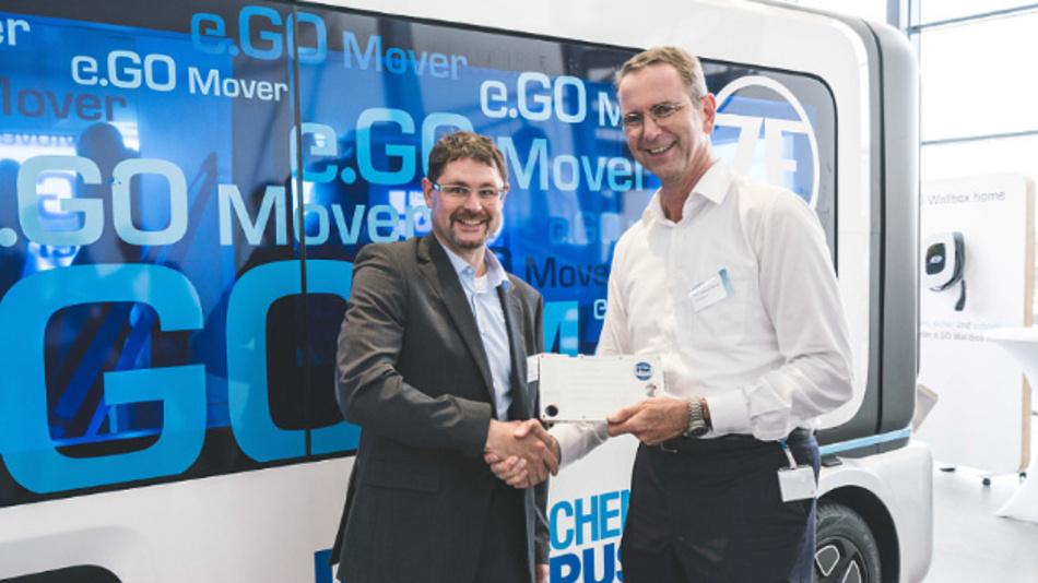 Bei der Werkseröffnung des Werk 1 von e.GO Mobile: Sebastian Goldner (links), COO bei Proton Motor Fuel Cell, und Prof. Günther Schuh (rechts), CEO bei e.GO Mobile.
