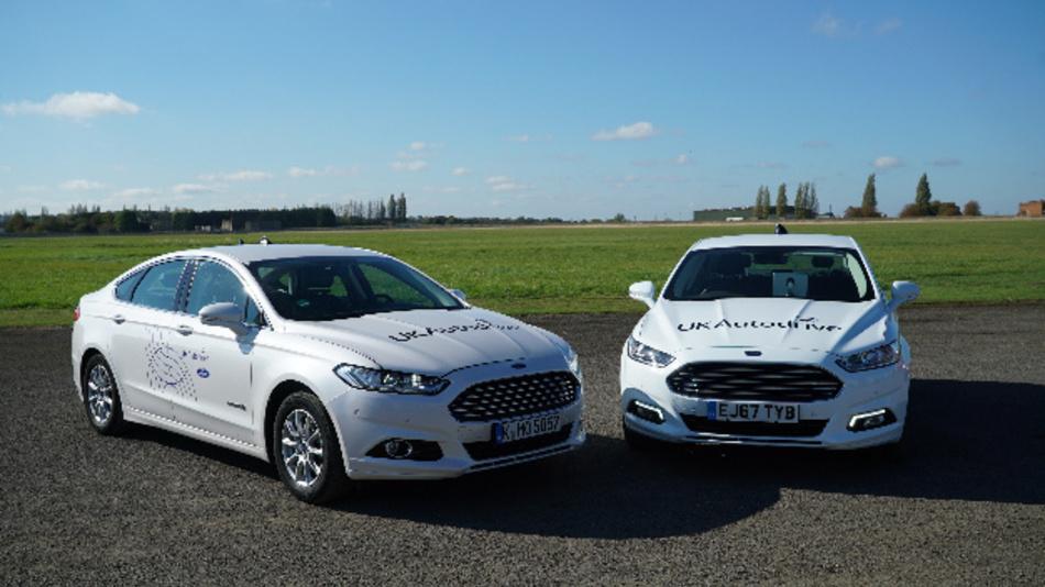 Zwei Prototypen-Fahrzeuge von Ford, die im Rahmen des Projekts »UKAutodrive« vernetzte Kommunikationstechniken einsetzen, um Unfälle zu verhindern und Anfahrtszeiten von Rettungsfahrzeugen zu reduzieren.