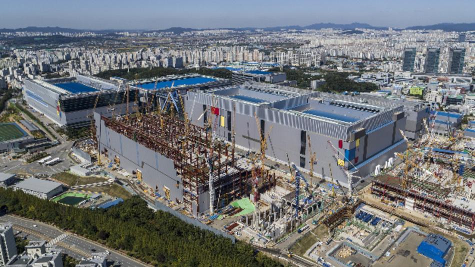 Die Fab S3 von Samsung in Hwaseong/Südkorea. Rund 6 Mrd. Dollar will Samsung bis 2020 in die neue EUV-Prozesslinie für die Fertigung von ICs mit Strukturgrößen bis hinunter zu 3 nm stecken.
