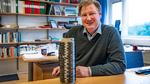 Prof. Leif Asp mit Spule aus Kohlefasergarn