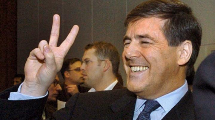 Der damalige Vorstandsvorsitzende der Deutschen Bank AG, Josef Ackermann, scherzt vor Prozessbeginn des Mannesmann-Prozess im Landgericht und macht ein Victory-Zeichen.