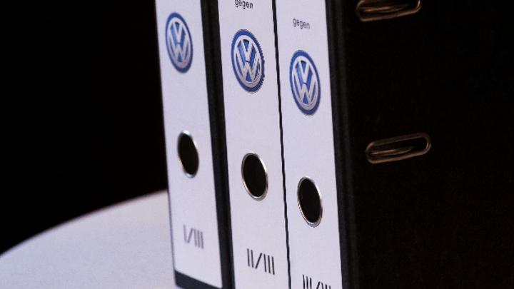Aktenordner mit VW-Logo auf Rücken