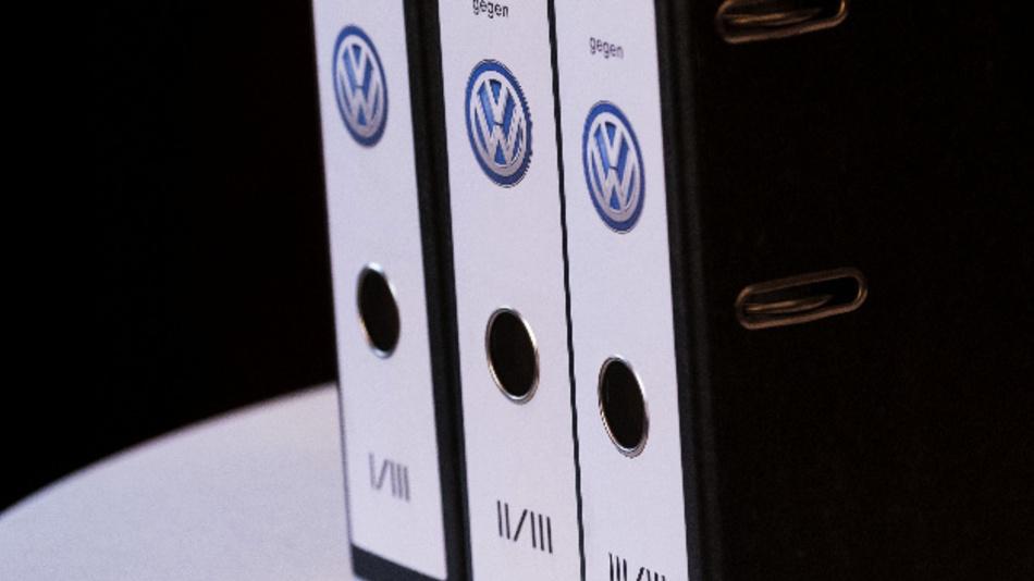 Akten zu einer Klage gegen den VW-Konzern während einer Pressekonferenz.