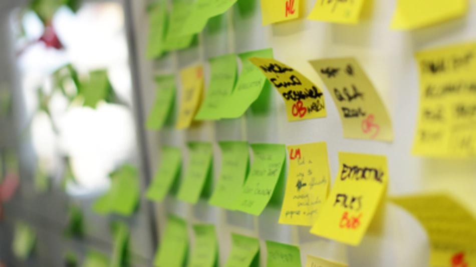 Post-its in den Räumen eines Start-up Unternehmens. Nordrhein-Westfalen hat nach einer aktuellen Erhebung Berlin vom Spitzenplatz als Standort für Startups in Deutschland verdrängt.