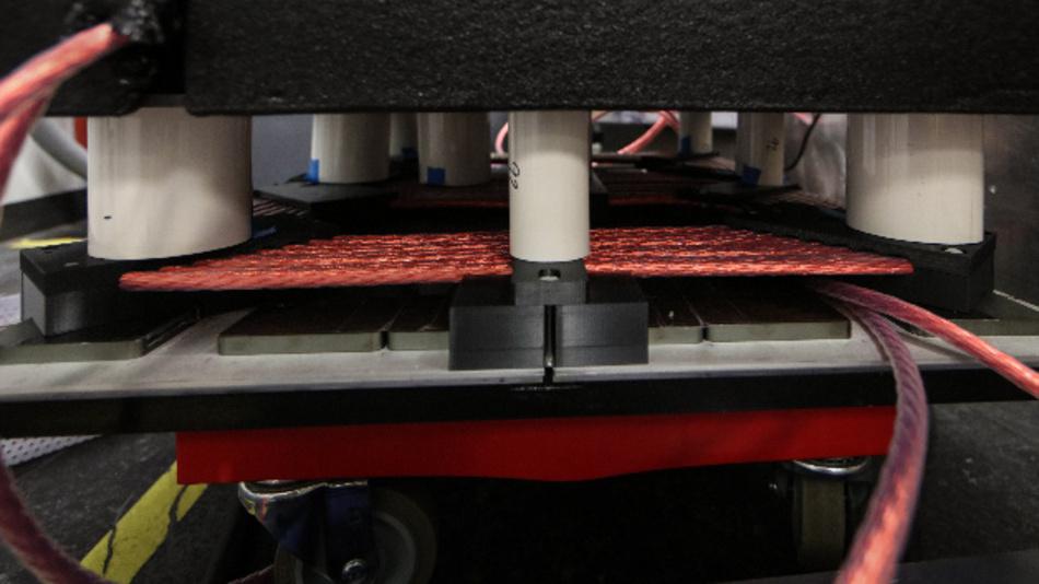 Die Spulen und die Leistungselektronik des Demonstrators des Oak Ridge National Laboratory sind so aufeinander abgestimmt, dass 120 kW sicher über einen 15 cm großen Luftspalt mit einem Wirkungsgrad von 97% übertragen werden.