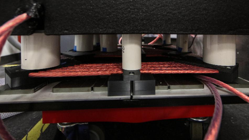 Die Spulen und die Leistungselektronik des Demonstrators sind so aufeinander abgestimmt, dass 120 kW sicher über einen 15 cm großen Luftspalt mit einem Wirkungsgrad von 97% übertragen werden.
