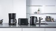 Frischer Kaffee auf Knopfdruck, kochendes Wasser in Rekordzeit oder einfach und schnell Brötchen im Toaster aufbacken? Mit dem Frühstücksset von Grundig geht das einfach und bequem.