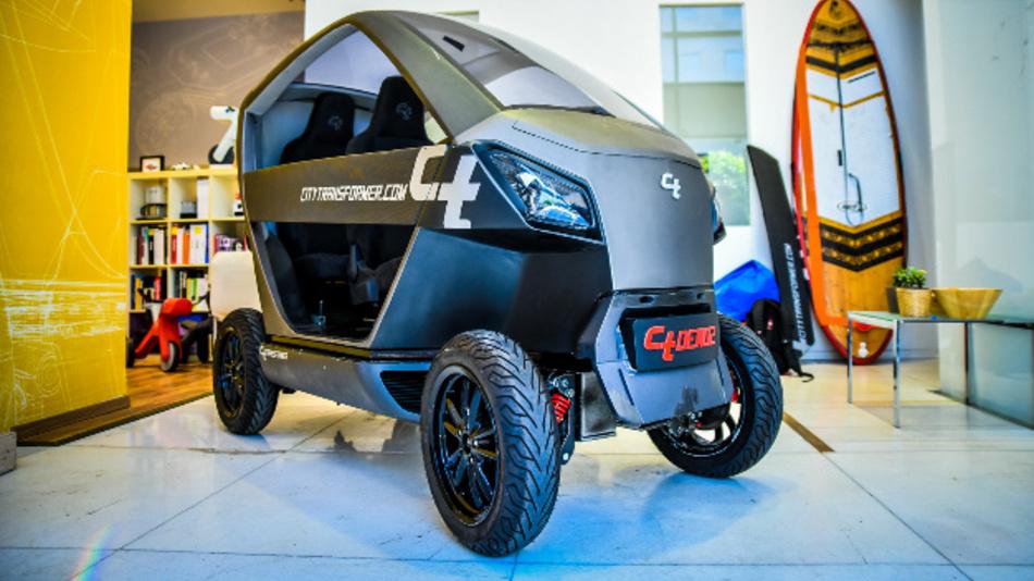 Das E-Auto des israelischen Start-up City Transformer hat einen Unterbau, der sich per Knopfdruck ein- und ausfahren lässt. Eingeklappt ist das Fahrzeug nur noch 1 m breit.